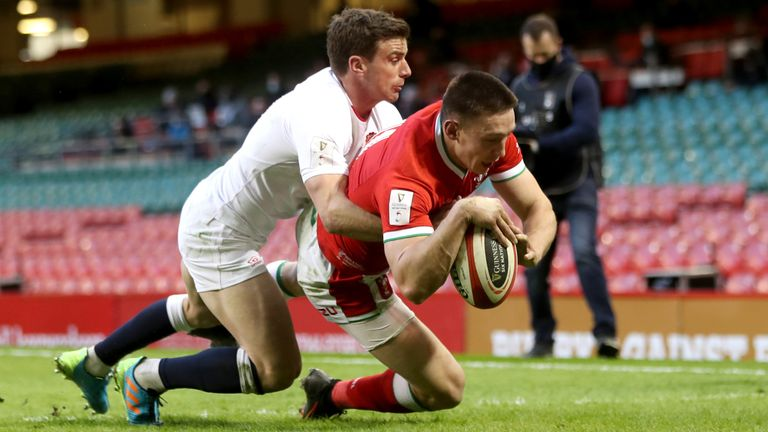 Wales clinch Triple Crown with controversial win over England